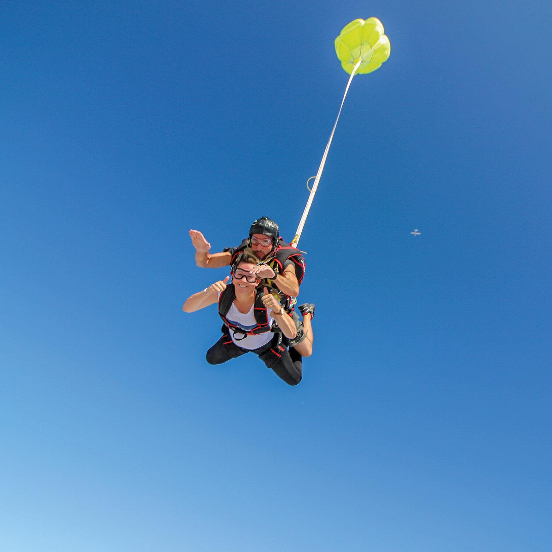 Saut en parachute en tandem en Picardie pour un duo sensationnel