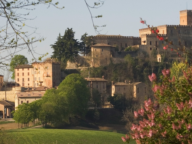 Antico Borgo di Tabiano Castello - Notti e delizie - Soggiorni ...